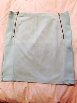 Falda corta azul claro.