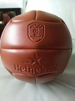 Balón de futbol estilo antiguo.