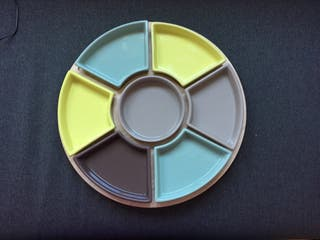 Bandeja de madera con compartimentos de cerámica