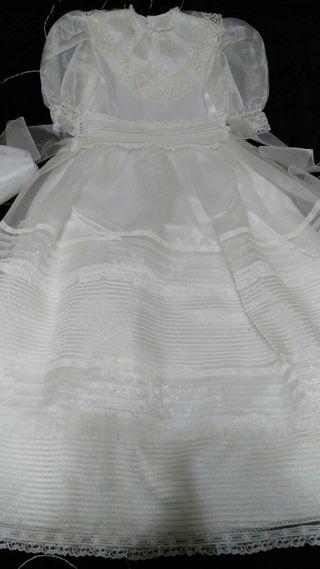 vestido de comunión, cancan, diadema y ramo.