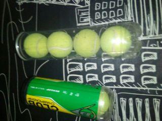 Raqueta de tenis, funda y pelotas.