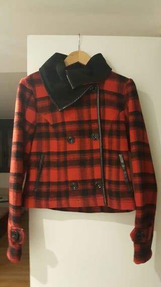 Abrigo cuadros rojo y negro