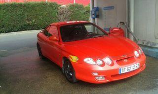 Hyundai coupe rojo recien exo el motor.