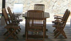 Mesa teka con 8 sillas, 2 butacas y un reposa píes