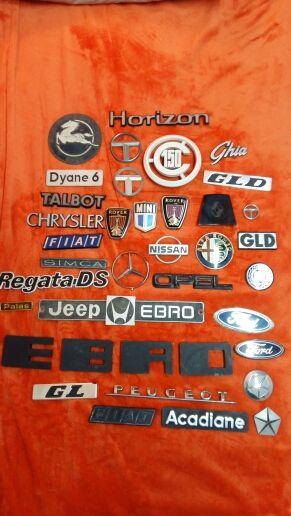 antiguas placas de varias marcas de coches