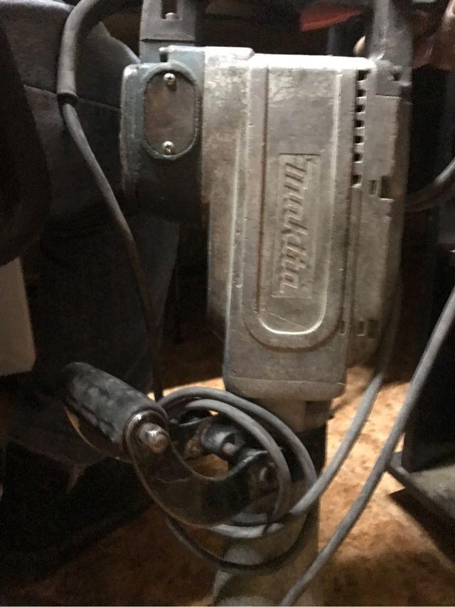Martillo percutor makita HM1304 puntero y maletín