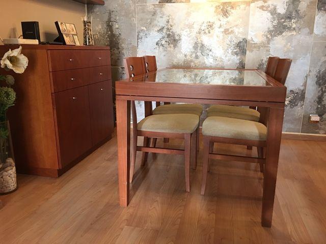 Mesa con 4 sillas y bufette