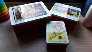 3 cajas metálicas de CocaCola