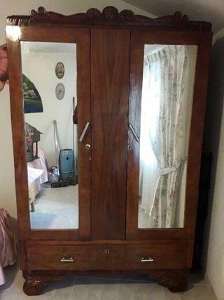 Armario antiguo dos puertas de segunda mano por 200 en for Wallapop armarios