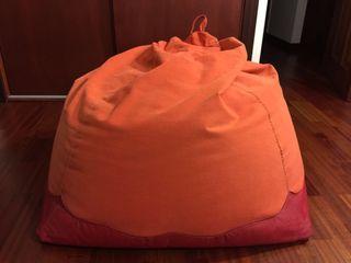 Puff naranja con base de cuero