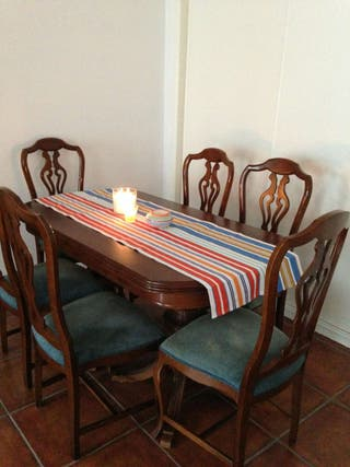 Mesa de madera con seis sillas