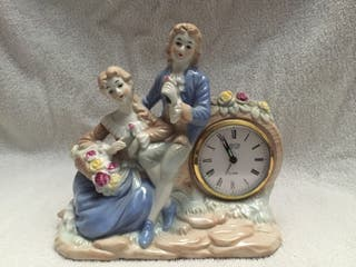 Pieza decorativa en porcelana con reloj