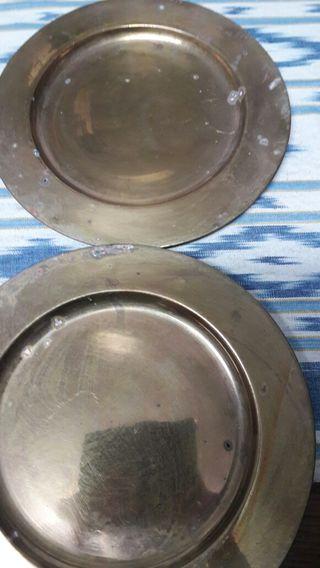 6 platos llanos de latón.