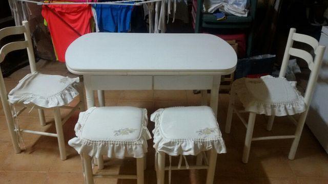 Mesa cocina y 4 sillas muy buen estado. Regalo los 4 cojines