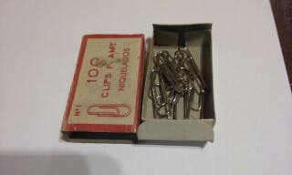 Caja antigua con clips labiados