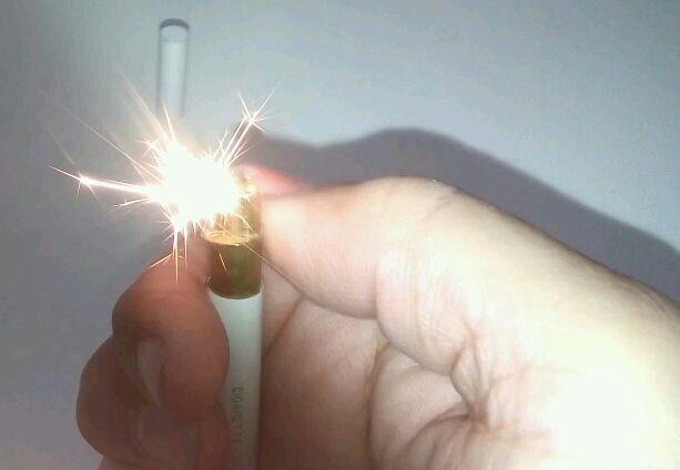Encendedor con forma de cigarrillo Salem