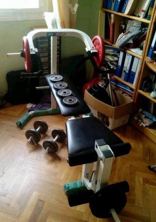 Banco de musculación, pesas y mancuernas.