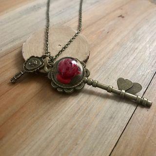Collar llave rosa roja el principito