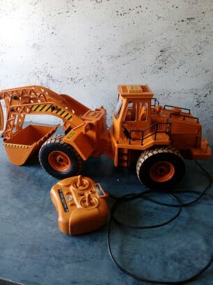 escavadora de juguete con mando