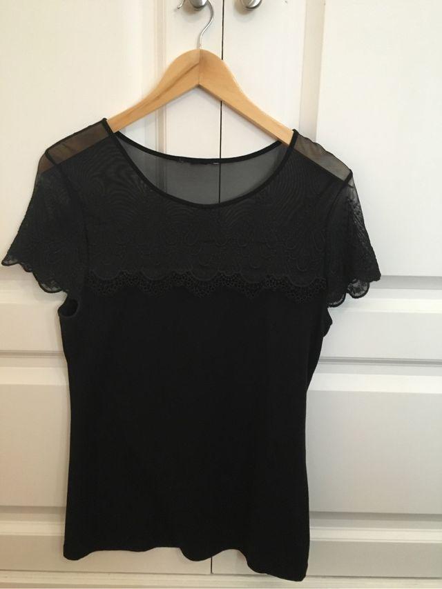 fd9874cb07ff Camiseta de encaje negra de segunda mano por 10 € en Madrid en WALLAPOP