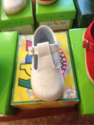 Zapatillas pascua bebé blancas talla: 23,25 y 26