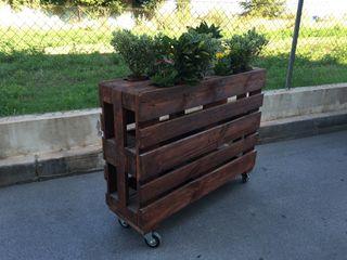 Jardineras con palets y ruedas de segunda mano por 180 en El Prat