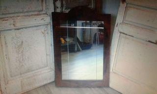 Antiguo espejo con marco de madera