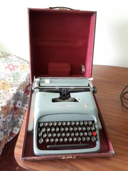Maquina de escribir vintage Olivetti Studio 44
