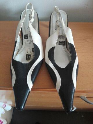 Zapato a estrenar abierto de salón