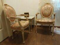 dos sillones enanos y mesa a juego