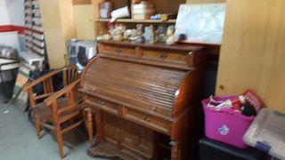 Escritorio antiguo y silla