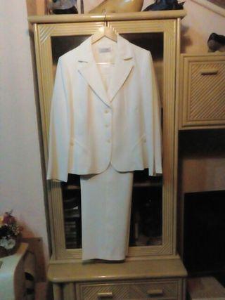 traje chaqueta. talla 50 color marfil