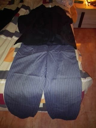 pantalon de rallas y bluson.