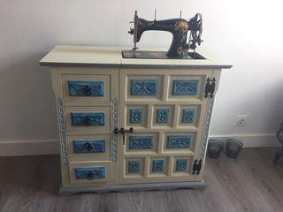 Mueble con maquina de coser Naumann