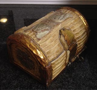 Cofre de madera tallada