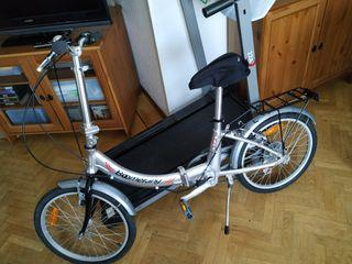 Una bicicleta que se dobla para viaje y es marca B