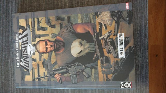 "Comic tomo 1 ""THE PUNISHER"" de panini comics"