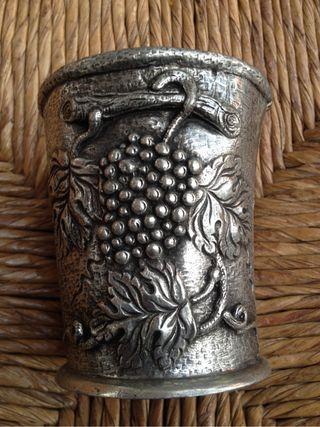 Vasos antiguos de estaño hechos a mano