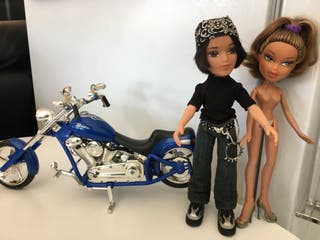 Lote de muñecos y moto bratz