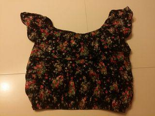 camiseta floral cuello de barca