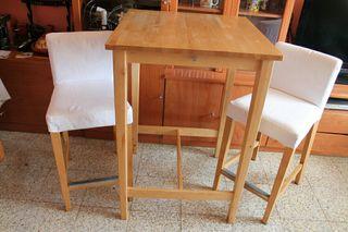 Mesa y sillas de madera maciza.