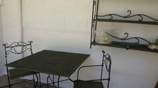 Mesa dos sillas y estanteria