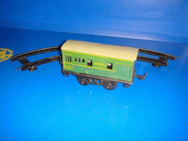 Tren juguete antiguo con vía metal