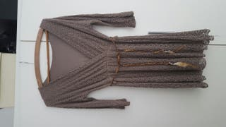 vestido actual con cinturon de plumas