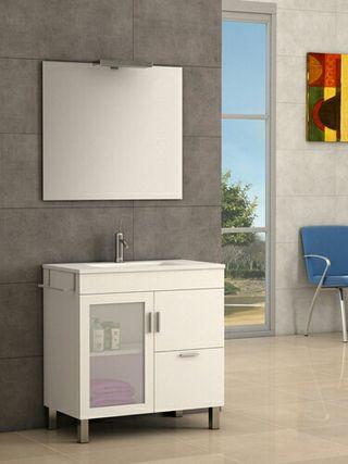 Mueble de baño con lavabo y espejo