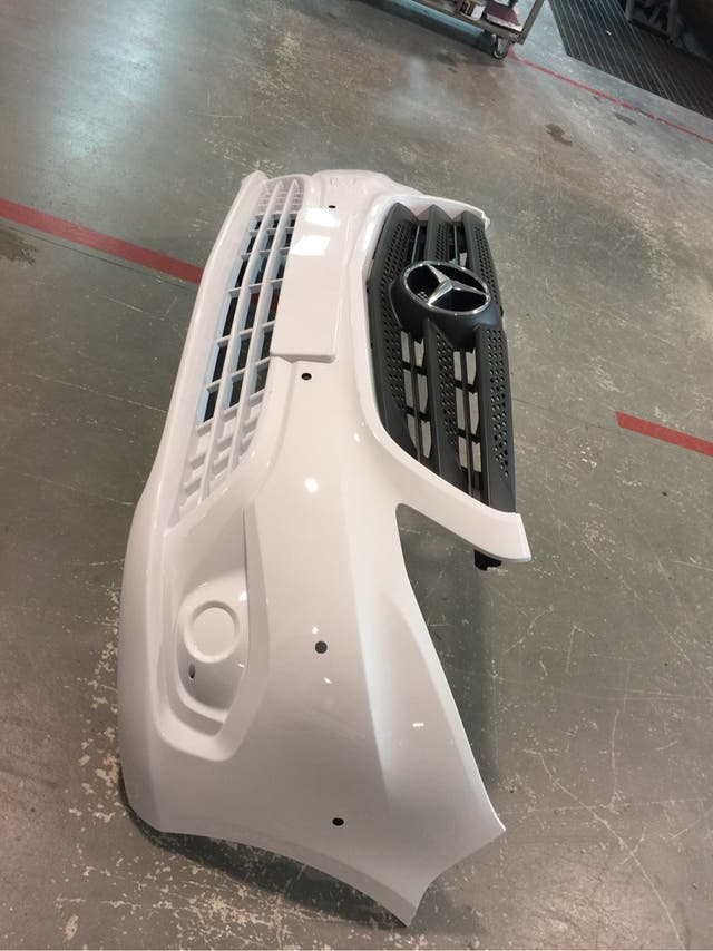 Parachoques delata con rejilla revestimientos y chasis nuevo y pintura original Mercedes clase V W447 vito 2016