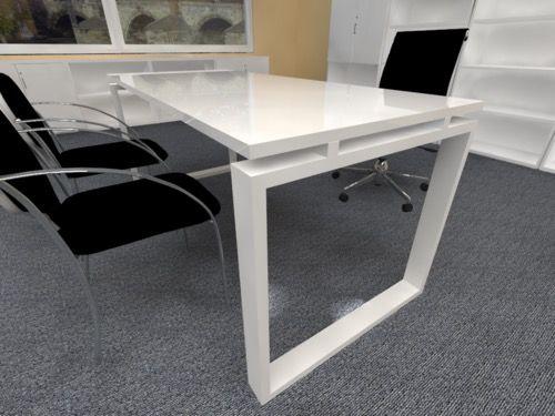 Mesa En Alto Brillo Y Estructura Blanca Para Dirección Despacho Etc