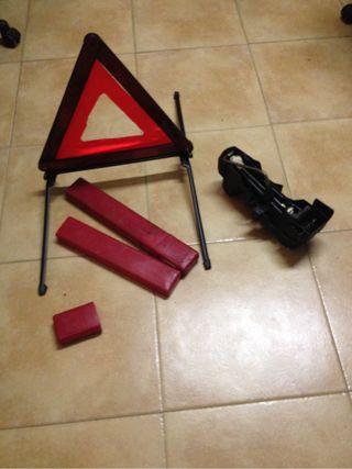 Gato y 2 triangulos cotxe