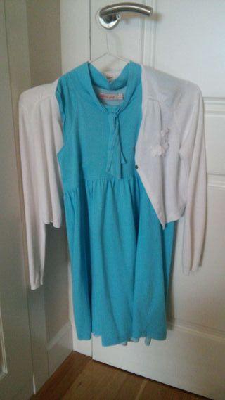 Conjunto vestido azul y chaquetita blanca.