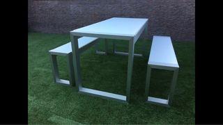 Mesa exterior con bancos